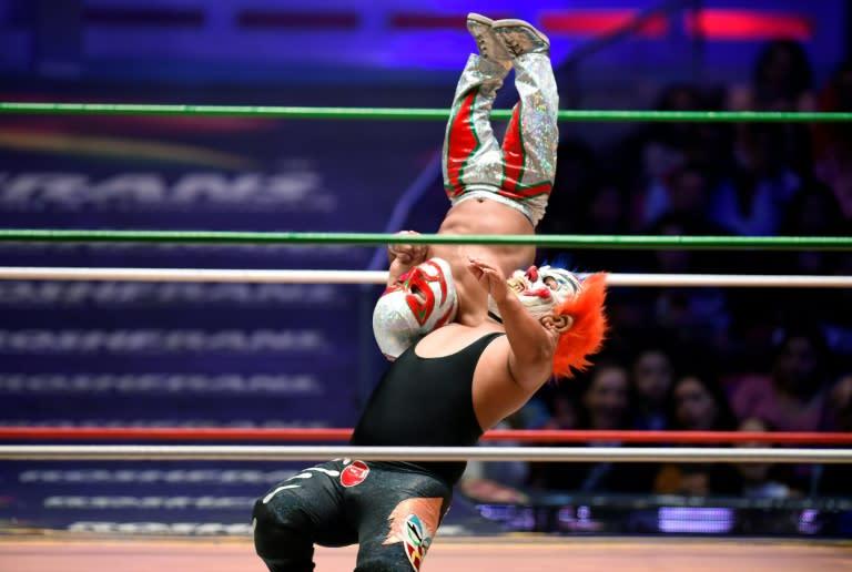 Microman, en rouge et blanc, pendant un combat à l'arena de Mexico, le 7 septembre 2018