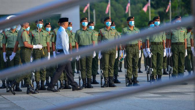 Pasukan kehormatan mengikuti latihan jelang Hari Kemerdekaan Malaysia di Putrajaya, Malaysia (28/8/2020). Malaysia akan merayakan hari kemerdekaannya pada 31 Agustus. (Xinhua/Chong Voon Chung)