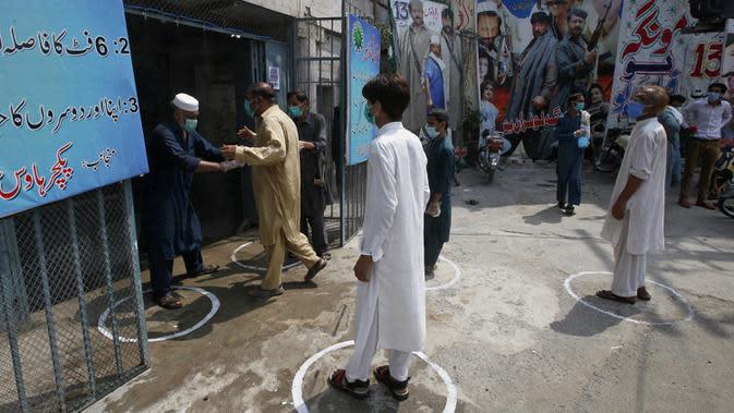 Pengunjung menonton film di bioskop Peshawar, Pakistan, Senin (10/8/2020). Pakistan mengurangi pembatasan terkait COVID-19 menyusul tingkat kasus harian tetap di bawah 1.000 selama lebih dari empat minggu. (AP Photo/Muhammad Sajjad)