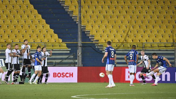 Gelandang Atalanta, Ruslan Malinovskyi, melepaskan tendangan ke arah gawang Parma pada laga lanjutan Serie A di Stadio Ennio Tardini, Rabu (29/7/2020) dini hari WIB. Atalanta menang 2-1 atas Parma. (Massimo Paolone/LaPresse via AP)