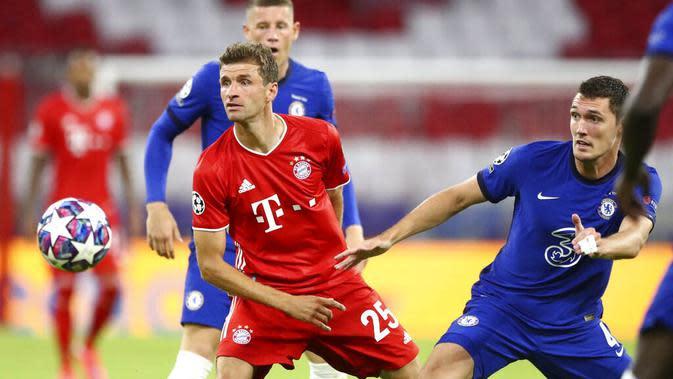 Pemain Bayern Munchen, Thomas Mueller, berebut bola dengan pemain Chelsea, Andreas Chistensen, pada laga Liga Champions di Allianz Arena, Sabtu (8/8/2020). Bayern Munchen menang 4-1 atas Chelsea. (AP/Matthias Schrader)