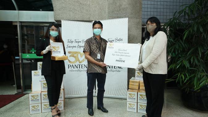 Pantene Indonesia memberikan paket produk perawatan rambut bagi tenaga medis untuk atasi rambut lepek (Foto: Pantene Indonesia)