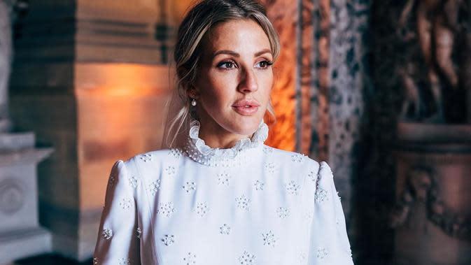 Anggunnya Ellie Goulding memakai gaun putih yang dihiasi manik-manik kaca putih. Upacara pernikahan tersebut berlangsung selama satu jam dan disaksikan banyak tamu kalangan atas dan selebriti. (Liputan6.com/IG/@casparjopling)