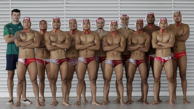 Pemain Timnas Polo Air Indonesia foto bersama usai latihan di Stadion Aquatik GBK, Jakarta, Senin (11/11). Para punggawa Timnas Polo air menargetkan medali emas di SEA Games 2019. (Bola.com/M Iqbal Ichsan)