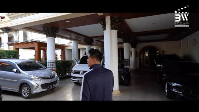 Boy William mendapat kesempatan melihat-lihat rumah Sule yang super megah dan luas. Terlihat beberapa mobil berjejer di parkiran rumah Sule. Berikut beberapa potret hasil tangkapan layar dari kanal Youtube Boy WIlliam. (Youtube/Boy William)