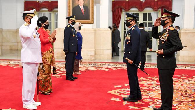Panglima TNI Marsekal TNI Hadi Tjahjanto (kedua kanan) bersama Kapolri Jenderal Polisi Idham Aziz memberikan ucapan selamat kepada KSAL Laksamana TNI Yudo Margono (kiri) dan KSAU Marsekal TNI Fadjar Prasetyo seusai dilantik di Istana Negara, Rabu (20/5/2020). (ANTARA FOTO/Hafidz Mubarak A/POOL)