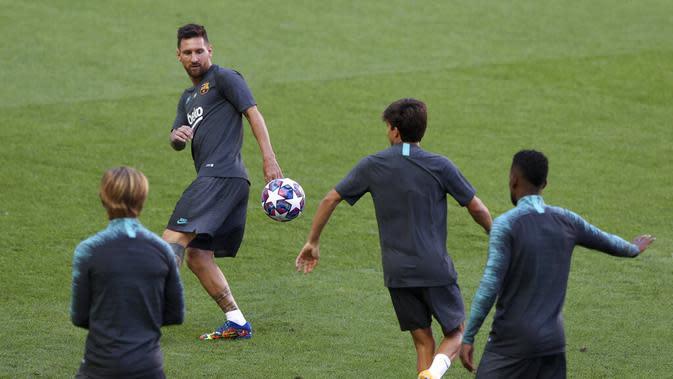 Penyerang Barcelona, Lionel Messi mengontrol bola saat mengikuti sesi latihan di stadion Da Luz, Lisbon, Portugal (13/8/2020). Barcelona akan bertanding melawan Bayern Munchen pada perempat final Liga Champions di Estadio da Luz. (Rafael Marchante/Pool via AP)