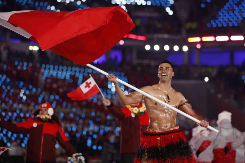 Pembawa bendera Tonga memimpin latihan 23 rekan Olimpiade