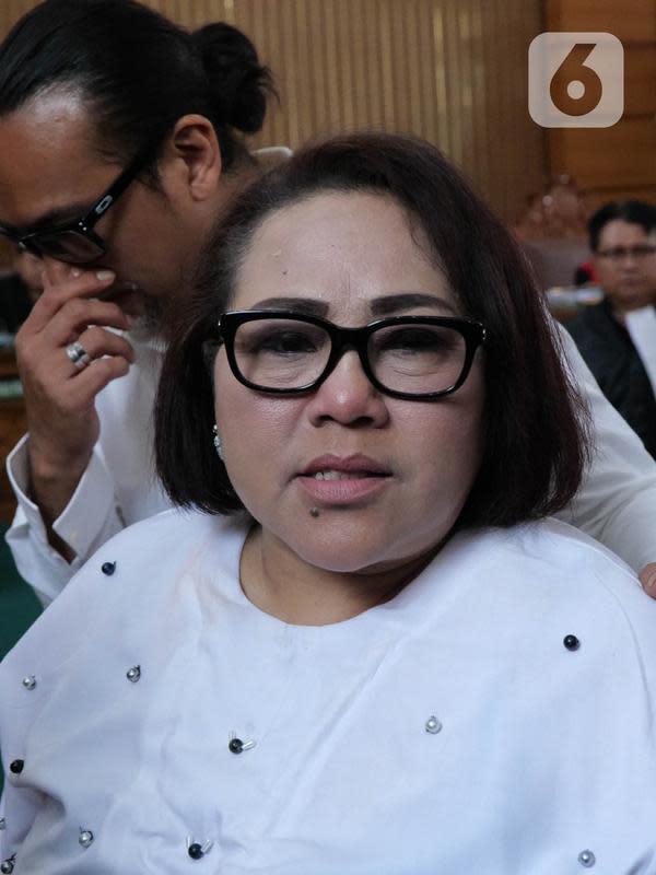 Pelawak Tri Retno Prayudati alias Nunung dan suaminya, July Jan Sambiranakan usai menjalani sidang perdana kasus Narkoba jenis sabu di Pengadilan Negeri Jakarta Selatan, Rabu (2/10/2019). Sidang tersebut dilanjutkan pada Rabu (9/10/2019) dengan agenda keterangan saksi. (Liputan6.com/Herman Zakharia)