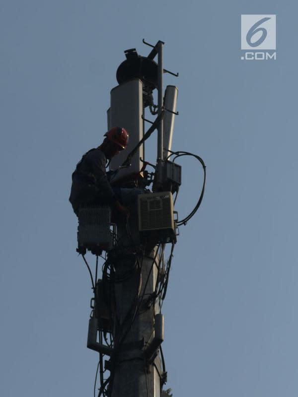 Teknisi melakukan pengecekan audit data jaringan 3G dan 4G pada tiang monopol di Jalan Diponegoro, Jakarta, Sabtu (24/8/2019). Jaringan 3G mempunyai cakupan area yang lebih luas hingga 3 kilometer dibandingkan sinyal 4G. (merdeka.com/Imam Buhori)