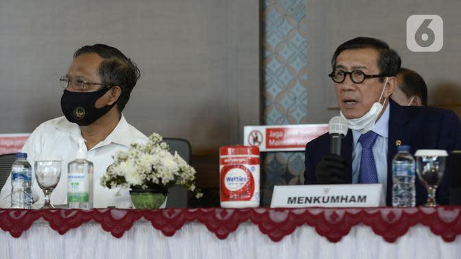 Menkumham Yasonna H Laoly (kanan) dan Menko Polhukam Mahfud MD saat menyampaikan keterangan terkait pemulangan buron Maria Pauline Lumowa di Bandara Soetta, Tangerang, Banten, Kamis (9/7/2020). Maria merupakan pembobol kas BNI Cabang Kebayoran Baru senilai Rp 1,2 triliun. (merdeka.com/Dwi Narwoko)