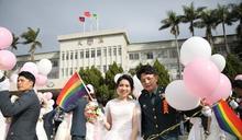 國軍聯合婚禮飄彩虹旗 2對同志新人步上紅毯父母獻祝福