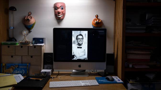 Gambar Hebert Axel Gonzalez, seorang direktur teater yang meninggal karena COVID-19 pada bulan April, terlihat di layar komputer di rumah mitranya di Tijuana, Negara Bagian Baja California, Meksiko, 23 Juni 2020. Sepertiga dari kematian global akibat COVID-19 terjadi di Amerika Latin. (Guillermo ARI