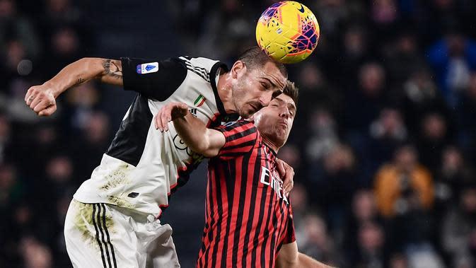 Pemain sayap Juventus, Federico Bernardeschi berebut bola dengan pemain AC Milan, Krzysztof Piatek pada pekan 12 Liga Italia 2019-2020 di Allianz Stadium, Minggu (10/11/2019). Juventus semakin kokoh di puncak klasemen Liga Italia usai menundukkan AC Milan 1-0. (Marco Bertorello/AFP)
