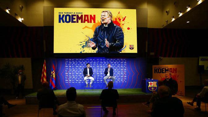 Pelatih baru Barcelona, Ronald Koeman, memberikan keterangan saat acara perkenalan di Barcelona, Rabu (20/8/2020). Koeman resmi menjadi pelatih Barcelona untuk dua tahun kedepan. (AP/Joan Monfort)