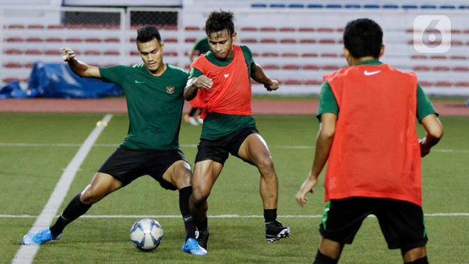 Pemain Timnas Indonesia U-22, Osvaldo Haay, berebut bola dengan Muhammad Rafli saat latihan di Stadion Rizal Memorial, Manila, Jumat (22/11). Latihan ini persiapan jelang laga SEA Games 2019. (Bola.com/M Iqbal Ichsan)
