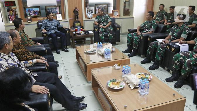 Direktur SCM, Imam Sudjarwo berbincang dengan Komandan Jenderal Kopassus Mayjend I Nyoman Cantiasa saat bersilaturahmi ke Markas Kopassus di Cijantung, Jakarta, Senin (13/1/2020). Kunjungan itu bentuk silaturahmi bersama salah satu mitra perusahaan, dalam hal ini TNI. (Liputan6.com/Herman Zakharia)