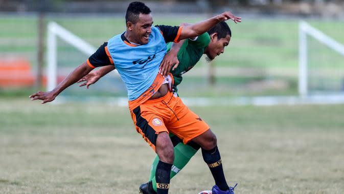Pemain Persiraja Banda Aceh saat mengikuti sesi latihan di Stadion H Dimurthala Lampineung, Jumat (21/8/2020). Kompetisi Shopee Liga 1 musim 2020 rencananya akan kembali bergulir pada Oktober mendatang. (AFP/Chaideer Mahyuddin)