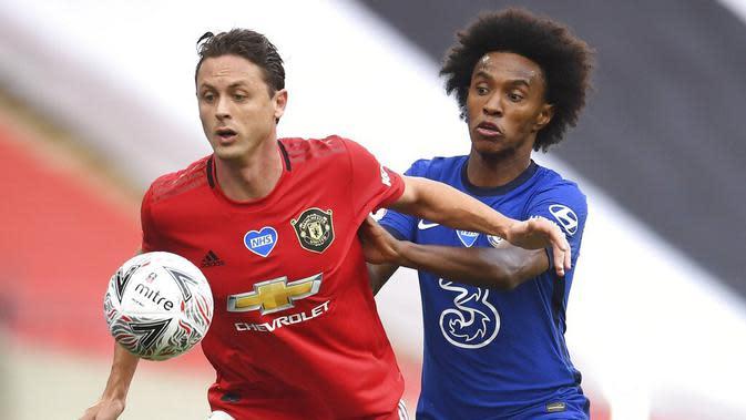 Gelandang Manchester United, Nemanja Matic, berebut bola dengan pemain Chelsea, Willian, pada laga Piala FA di Stadion Wembley, Minggu (19/7/2020). Chelsea menang dengan skor 3-1. (AP/Andy Rain, Pool)