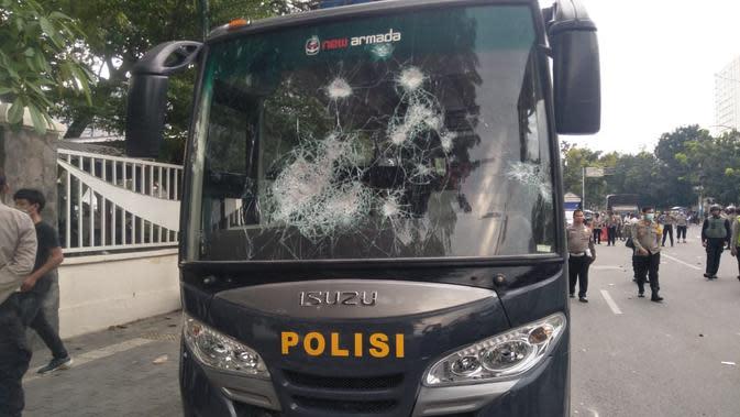 Kericuhan terkait unjuk rasa juga menyebabkan sejumlah kendaraan dinas milik Polda Sumut rusak.