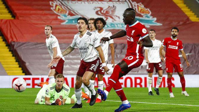 Pemain Liverpool, Sadio Mane, saat mencetak gol pertama timnya melawan Arsenal pada Liga Inggris 2019/20 di Stadion Anfield, Selasa (29/9/2020). (Jason Cairnduff/Pool via AP)