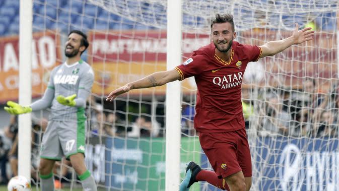 Bryan Cristante menyumbang satu gol saat AS Roma mengalahkan Sassuolo 4-2 dalam lanjutan Liga Italia di Stadion Olimpico, Minggu (15/9/2019) malam WIB. (AP Photo/Gregorio Borgia)