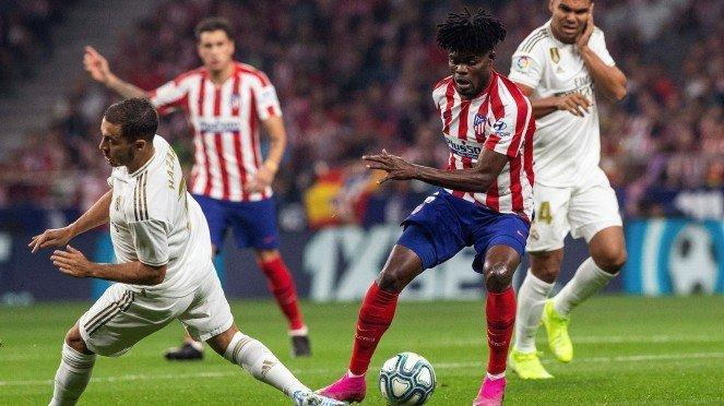 Gelandang Atletico Madrid, Thomas Partey (kanan)