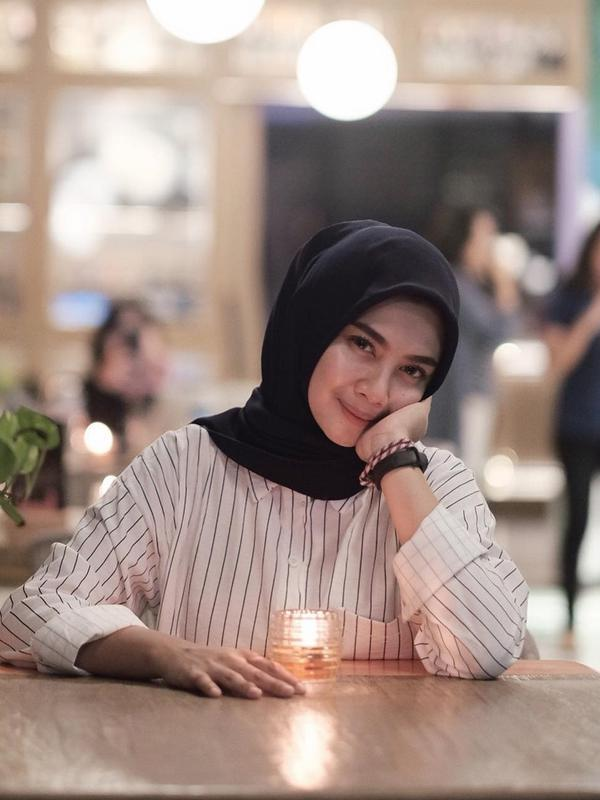 Hikma Nur Syafa atau akrab disebut Briptu Imah tetap terlihat memesona saat kenakan seragam atau tidak kenakan seragam. Kecantikan yang hakiki nih! (Liputan6.com/IG/hikmanursyaa)