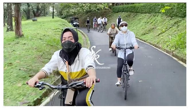 Syahrini dan Reino Barack (Sumber: YouTube/The Princess Syahrini)