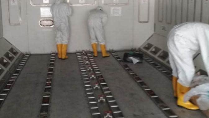 Pesawat Batik Air Airbus 330-300CEO menjalani proses sterilisasi usai membawa 238 WNI dari Wuhan, China, Minggu (2/2/2020). (Ist)