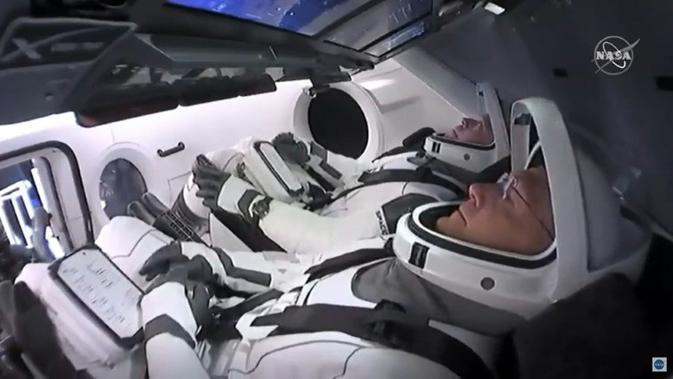 Dua Astronaut NASA, Bob Behnken dan Doug Hurley saat berada di dalam kapsul SpaceX Crew Dragon (Photo Credit: NASA TV/AFP/)