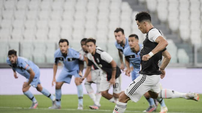 Cristiano Ronaldo melepaskan tendangan penalti saat Juventus mengalahkan Lazio 2-1 pada pekan ke-34 Liga Italia di Allianz Stadium, Selasa (21/7/2020) dini hari WIB.(Marco Alpozzi/LaPresse via AP)