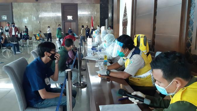 Ratusan petugas Bandara Soetta menjalani uji swab Covid-19. (Liputan6.com/PramitaTristiawati).