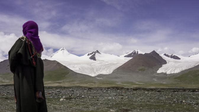 Seorang penggembala memandangi gletser yang terletak di area hulu Sungai Yangtze, Prefektur Otonom Etnis Tibet Yushu, Provinsi Qinghai, China barat laut, pada 15 Agustus 2020. (Xinhua/Wu Gang)