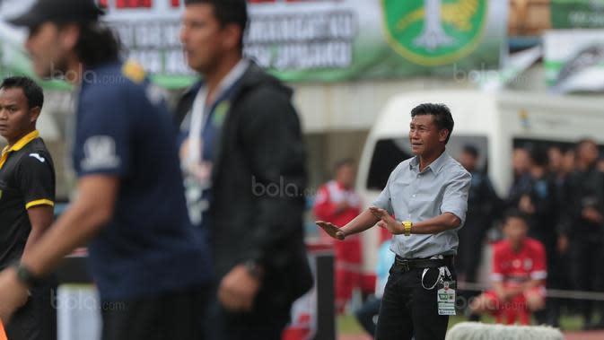 Pelatih PSPS Riau, Marwal Iskandar saat memimpin timnya melawan Persebaya pada laga 8 Besar Liga 2 Grup Y di Stadion GBLA, Bandung, Sabtu (18/11/2017). Persebaya Menang 1-0. (Bola.com/Nicklas Hanoatubun)