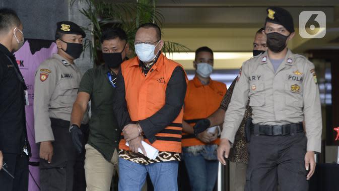 Mantan Sekretaris MA Nurhadi (tengah) memakai rompi tahanan usai ditangkap KPK di Gedung KPK, Jakarta, Selasa (2/6/2020). KPK menangkap Nurhadi beserta menantunya terkait kasus dugaan suap gratifikasi pengurusan perkara di MA Tahun 2011-2016. (merdeka.com/Dwi Narwoko)