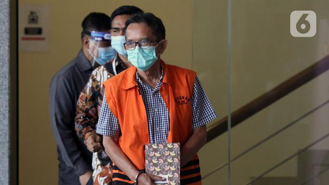 Mantan Direktur Utama PTDI, Budi Santoso (tengah) dikawal petugas jelang meninggalkan Gedung KPK Jakarta, Senin (7/9/2020). KPK memperpanjang masa penahanan Direktur Utama PTDI, Budi Santoso. (Liputan6.com/Helmi Fithriansyah)