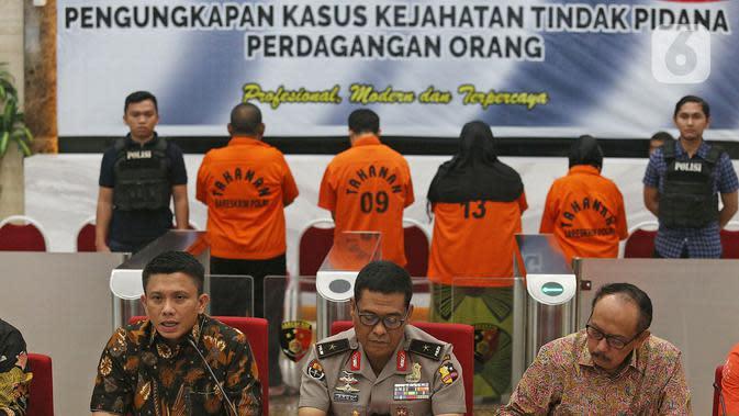 Dir Tipidum BJP Ferdy Sambo (kiri) bersama Karo Penmas Divisi Humas Polri Brigjen Argo Yuwono (tengah) dan Wakil LPSK (Purn) BJP Dr. Achmadi saat rilis pengungkapan tindak pidana perdagangan orang di Bareskrim Polri, Jakarta, Jumat (14/2/2020). (Liputan6.com/Herman Zakharia)
