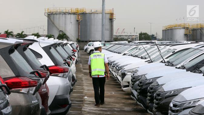 Pekerja mengecek mobil baru siap ekspor di IPC Car Terminal, Jakarta, Rabu (27/3). Pemerintah berencana memacu ekspor industri otomotif dengan harmonisasi skema PPnBM, yaitu tidak lagi dihitung dari kapasitas mesin, tapi pada emisi yang dikeluarkan kendaraan bermotor. (Liputan6.com/Johan Tallo)