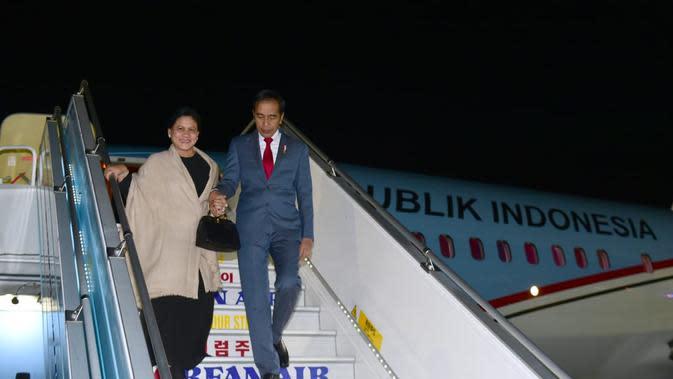 Presiden Joko Widodo atau Jokowi dan Ibu Negara Iriana tiba di Gimhae Air Force Base, Busan, Korea Selatan. (Biro Pers Istana)