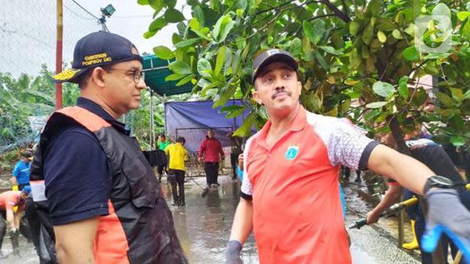 Gubernur DKI Jakarta Anies Baswedan ikut kerja bakti usai banjir di Makassar Jakarta Timur. (Ika Defianti/Liputan6.com)