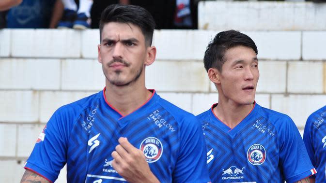Matias Malvino dan Oh In-Kyun saat jelang pertandingan lawan Persib Bandung di Malang. (Bola.com/Iwan Setiawan)