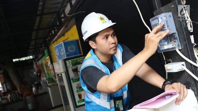 Aktivitas penyambungan penambahan daya oleh petugas PLN di Jakarta, Rabu (21/6). Menyambut lebaran, PLN memberikan bebas biaya penyambungan untuk rumah ibadah dan potongan 50 persen untuk pengguna selain rumah ibadah. (Liputan6.com/Immanuel Antonius)