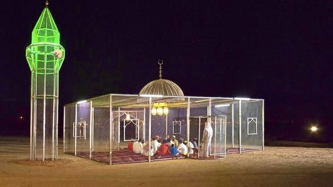 Masjid Transparan yang Viral di Arab. (dok. Twitter @patience____x/https://mobile.twitter.com/patience____x/status/1222105757455392771/photo/1/Adhita Diansyavira)