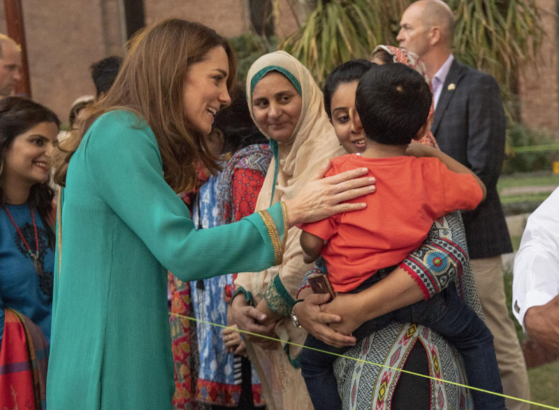 LAHORE, PAKISTAN - OCTOBER 17: Prince William, Duke of Cambridge and Catherine, Duchess of Cambridge with cancer patient Fariha Jahanzeb, while on a visit to Shaukat Khanum Memorial Cancer Hospital in Lahore on October 17, 2019 in Lahore, Pakistan. (Photo by Arthur Edwards-Pool/Getty Images)