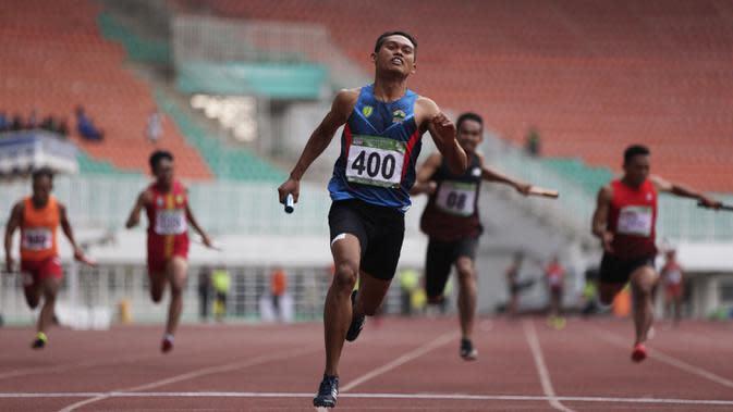 Para pelari beradu cepat saat tampil pada Kejurnas Atletik 2019 nomor 4x100 meter estafet senior putra di Stadion Pakansari, Bogor, Rabu (8/8). Kejurnas Atletik berlangsung dari 3-7 Agustus. (Bola.com/Vitalis Yogi Trisna)