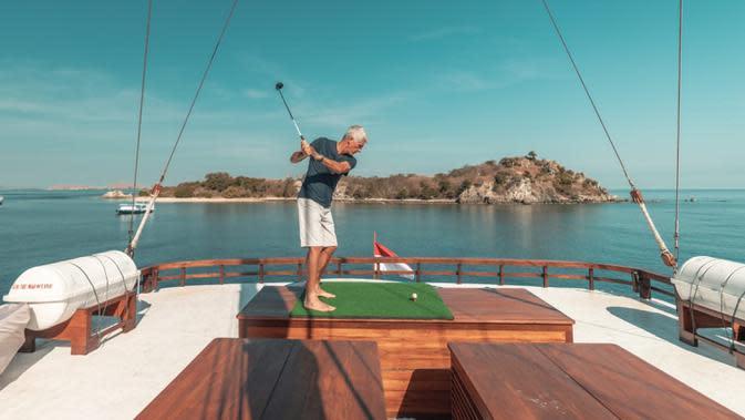 Penikmat kapal pinisi, The Maj Oceanic saat bermain golf. Terdapat empat pilihan suite untuk pengalaman istirahat terbaik. Mereka adalah Zheng He seluas 120 meter persegi, Columbus seukuran 35 meter persegi, 25 meter persegi untuk F. (dok. The Maj Oceanic)