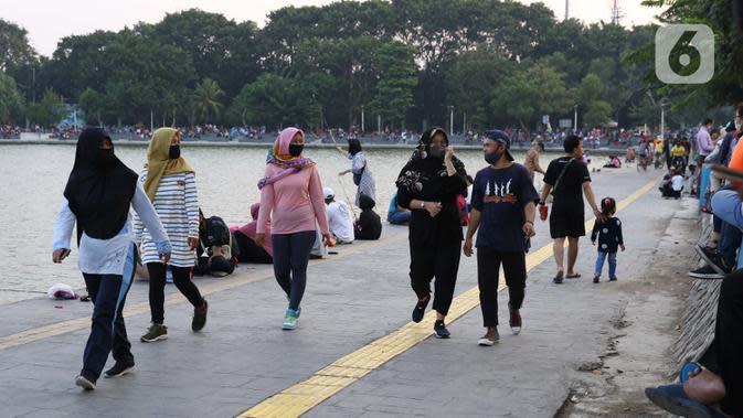 Warga berolahraga jalan sehat di area pedestrian Danau Sunter, Jakarta, Sabtu (27/6/2020). Beragam aktivitas dilakukan warga sambil menikmati waktu sore di area Danau Sunter, Jakarta. (Liputan6.com/Helmi Fithriansyah)