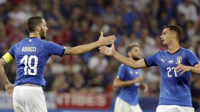 Bek Timnas Italia Leonardo Bonucci (kiri) merayakan gol ke gawang Prancis bersama Rolando Mandragora pada laga uji coba di Allianz Riviera, Jumat (1/6/2018). (AP Photo/Claude Paris)