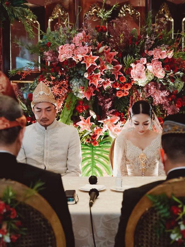 Sabtu (6/6/2020) kemarin, Niken akhirnya resmi melepas masa jandanya. Ia resmi dinikahi putra dari pengusaha Dewi Motik Pramono. Tak mengundang banyak tamu, keduanya patuh terhadap peraturan pemerintah belakangan ini. (Instagram/armanfebryan)
